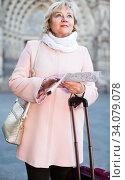 adult woman holding map guide. Стоковое фото, фотограф Яков Филимонов / Фотобанк Лори
