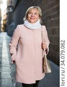 Female in the city in scarf and coat. Стоковое фото, фотограф Яков Филимонов / Фотобанк Лори