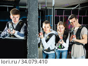 Glad young people posing with laser guns. Стоковое фото, фотограф Яков Филимонов / Фотобанк Лори