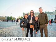 Family of parents and little girls visiting the Hermitage, Saint-Petersburg. Стоковое фото, фотограф Дмитрий Травников / Фотобанк Лори