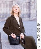 Portrait of stylish woman sitting on a stone bench. Стоковое фото, фотограф Яков Филимонов / Фотобанк Лори