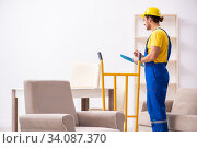 Купить «Young male contractor in relocation concept», фото № 34087370, снято 24 октября 2019 г. (c) Elnur / Фотобанк Лори