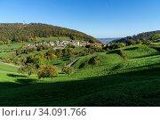 Das Dorf Grindel im Solothurner Jura (Schwarzbubenland) mit dem Rütliberg dahinter, Kirschbäume im Vordergrund. Стоковое фото, фотограф Fredy Joss / age Fotostock / Фотобанк Лори