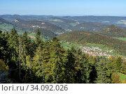 Das Dorf Grindel im Solothurner Jura (Schwarzbubenland) mit dem Rütliberg dahinter und dem spitzen Stürmenchopf (ganz rechts). Links die felsige Roti Flue. Sicht vom Stierenberg. Стоковое фото, фотограф Fredy Joss / age Fotostock / Фотобанк Лори
