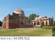 Вид на старинную мечеть Бада Гумбад в парке Лоди солнечным днем. Нью-Дели, Индия (2011 год). Стоковое фото, фотограф Виктор Карасев / Фотобанк Лори