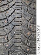 Изношенная старая автомобильная шина, протектор с ржавыми шипами. Стоковое фото, фотограф александр афанасьев / Фотобанк Лори