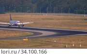 Купить «Lufthansa Airbus 320 landing», видеоролик № 34100166, снято 19 июля 2017 г. (c) Игорь Жоров / Фотобанк Лори