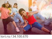 African boy and girl training hip hop movements in dance studio. Стоковое фото, фотограф Яков Филимонов / Фотобанк Лори