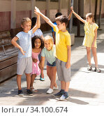Купить «Energetic children play a game called trickle on the street», фото № 34100674, снято 13 июля 2020 г. (c) Яков Филимонов / Фотобанк Лори