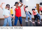 Купить «Kids training hip hop in dance studio», фото № 34100682, снято 30 июня 2020 г. (c) Яков Филимонов / Фотобанк Лори