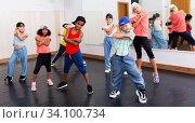 Happy tweens practicing hip hop in dance studio. Стоковое фото, фотограф Яков Филимонов / Фотобанк Лори