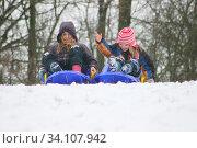 Two blonde girls having fun in the snow zwei blonde Mädchen haben Spass im Schnee. Стоковое фото, фотограф Zoonar.com/ERic Hepp / easy Fotostock / Фотобанк Лори