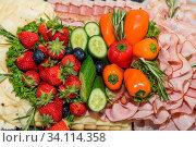 Reichlich bunte Auswahl bei gesundem Buffet - kalte Platte. Стоковое фото, фотограф Zoonar.com/Alfred Hofer / easy Fotostock / Фотобанк Лори