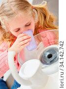 Kleines Mädchen spült den Mund beim Zahnarzt mit einem Becher Wasser nach der Behandlung. Стоковое фото, фотограф Zoonar.com/Robert Kneschke / age Fotostock / Фотобанк Лори