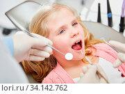 Mädchen mit offenem Mund bei Zahnarzt zur Vorsorge Untersuchung. Стоковое фото, фотограф Zoonar.com/Robert Kneschke / age Fotostock / Фотобанк Лори