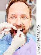 Patient wird bei der professionellen Zahnreinigung als Prophylaxe gegen Parodontose behandelt. Стоковое фото, фотограф Zoonar.com/Robert Kneschke / age Fotostock / Фотобанк Лори