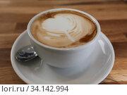 Firsche Tasse Kaffe mit aufgeschäumter Milch und Muster im Schaum. Стоковое фото, фотограф Zoonar.com/Jens Schmitzwww.naturlinse.de© Jens Sch / age Fotostock / Фотобанк Лори
