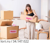 Купить «Young couple moving to new flat with fragile things», фото № 34147022, снято 5 июля 2018 г. (c) Elnur / Фотобанк Лори
