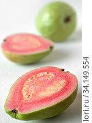 Echte Guave, Tropenfrucht, ursprünglich aus Südamerika, das Fruchtfleisch hat körnige Struktur (Steinzellen) und wird mit Zucker und Zimt bestreut, gegessen. Стоковое фото, фотограф Zoonar.com/Martin Dr. Baumgärtner / easy Fotostock / Фотобанк Лори