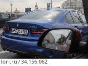 Москва, автомобили на Москворецкой набережной. Редакционное фото, фотограф Дмитрий Неумоин / Фотобанк Лори