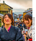 KYOTO, JAPAN, JANUARY - 2019 - Crowded scena at entrance of unesco world heritage kyomizudera temple at higashiyama district, kyoto, japan. Стоковое фото, фотограф Zoonar.com/Daniel Ferreira-Leites Ciccarino / age Fotostock / Фотобанк Лори
