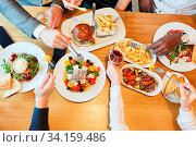Auswahl an herzhaften Speisen im Restaurant beim Mittagessen oder Abendessen. Стоковое фото, фотограф Zoonar.com/Robert Kneschke / age Fotostock / Фотобанк Лори