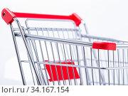 Das Foto zeigt eine Detailaufnahme eines Einkaufswagen mit Karton seitlich isoliert auf weißem Hintergrund. Стоковое фото, фотограф Zoonar.com/Ralf Kalytta / easy Fotostock / Фотобанк Лори