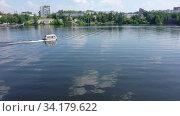 Купить «Прогулочный катер на водной глади озера. Вид сверху», видеоролик № 34179622, снято 5 августа 2020 г. (c) Евгений Ткачёв / Фотобанк Лори