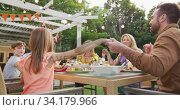 Three generation family holding hands before having lunch outdoors. Стоковое видео, агентство Wavebreak Media / Фотобанк Лори