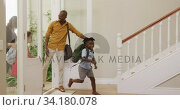 Two generation family entering their house. Стоковое видео, агентство Wavebreak Media / Фотобанк Лори