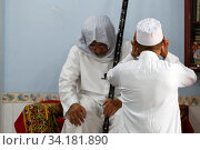 Cholon Jamial Mosque. Muslim at the friday prayer (salat). Muezzin. Kufi hat. Стоковое фото, фотограф Fred de Noyelle / Godong / age Fotostock / Фотобанк Лори