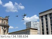 Купить «Военно-транспортный Ми-26 и многоцелевые вертолеты Ми-8АМТШ в небе над Москвой во время парада, посвященного 75-летию Победы в Великой Отечественной войне», фото № 34188634, снято 24 июня 2020 г. (c) Free Wind / Фотобанк Лори