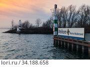 Entrance pier with lighthouse in marina Muiderzand (2017 год). Редакционное фото, фотограф EugeneSergeev / Фотобанк Лори