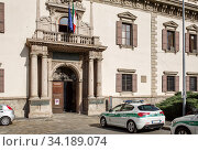 Historical building - palace Palazzo del Capitano di Giustizia, today the headquarters of the Central Command of local police of Milan. Milan, region of Lombardy, Italy. (2018 год). Редакционное фото, фотограф Bala-Kate / Фотобанк Лори