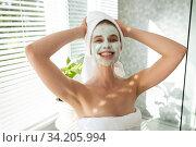 Portrait of woman with face pack smiling. Стоковое фото, агентство Wavebreak Media / Фотобанк Лори