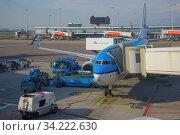 Самолет Боинг 737 авиакомпании Аир France-КЛМ готовится к вылету в аэропорту Схипхол солнечным днем. Амстердам, Нидерланды (2017 год). Редакционное фото, фотограф Виктор Карасев / Фотобанк Лори