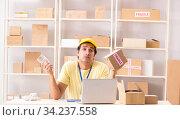 Купить «Handsome contractor working in box delivery relocation service», фото № 34237558, снято 24 июля 2018 г. (c) Elnur / Фотобанк Лори