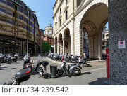 View of the Filippo Meda Square in the historical centre of Milan. Motocycle parking. Region of Lombardy, Italy, Europe. (2018 год). Редакционное фото, фотограф Bala-Kate / Фотобанк Лори