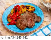 Beef steaks with baked potatoes and bell pepper. Стоковое фото, фотограф Яков Филимонов / Фотобанк Лори