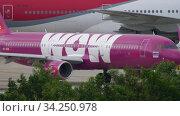 ThaiVietJet Airbus A321 at start position. Редакционное видео, видеограф Игорь Жоров / Фотобанк Лори