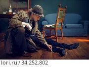 Male detective circles victim's body with chalk. Стоковое фото, фотограф Tryapitsyn Sergiy / Фотобанк Лори