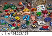 Auf einer meiner Fototouren bemerkte ich diese Steine an dem Haupteingang einer Schule. Ich erfuhr von einer Lehrerin, dass der Direktor dieser Schule... Стоковое фото, фотограф Zoonar.com/Stephan Herlitze / easy Fotostock / Фотобанк Лори
