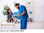 Finger injured woman visiting male doctor traumatologist. Стоковое фото, фотограф Elnur / Фотобанк Лори