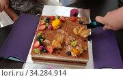 Crop parent and kid cutting cake. Стоковое видео, видеограф Ekaterina Demidova / Фотобанк Лори