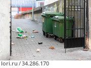 dumpsters on messy city street or courtyard. Стоковое фото, фотограф Syda Productions / Фотобанк Лори