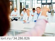 Dozentin hält ein Medizin Referat zur Fortbildung für Ärzte und Krankenschwestern. Стоковое фото, фотограф Zoonar.com/Robert Kneschke / age Fotostock / Фотобанк Лори