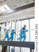 Chirurgen Team läuft schnell zu einem Notfall in der Rettungsstelle im Krankenhaus. Стоковое фото, фотограф Zoonar.com/Robert Kneschke / age Fotostock / Фотобанк Лори