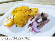 Купить «Slices of low-salted herring», фото № 34297762, снято 3 августа 2020 г. (c) Яков Филимонов / Фотобанк Лори