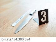 Messer mit Markierung als Beweismittel am Tatort von einem Verbrechen. Стоковое фото, фотограф Zoonar.com/Robert Kneschke / age Fotostock / Фотобанк Лори