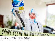 Kriminaltechniker der Polizei stellen Messer an einem Tatort sicher. Стоковое фото, фотограф Zoonar.com/Robert Kneschke / age Fotostock / Фотобанк Лори